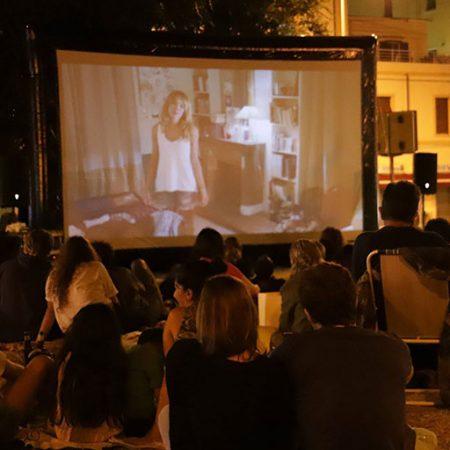 proiezione cinema su piazza con schermo gonfiabile